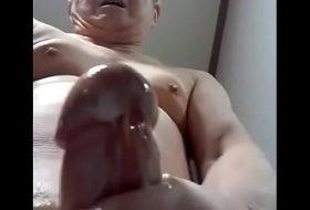 Velhinho se garante na punheta no banheiro