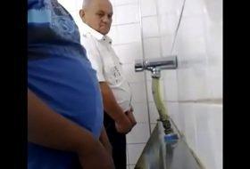 Pegação no banheiro cinema pornô do brasil