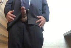 Maduro de terno gozando