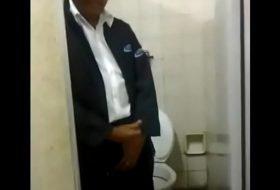 Mão amiga no banheirão fazendo o coroa gozar