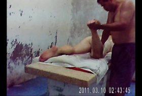 Jovem massagista comendo cliente maduro