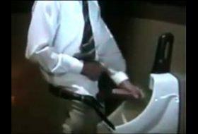 Senhor magro batendo punheta no computador