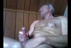 Homem parrudo batendo punheta e gozando