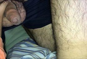 Saco grande de maduro dotado batendo uma bronha