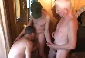 Suruba gay com daddys na casa do amigo