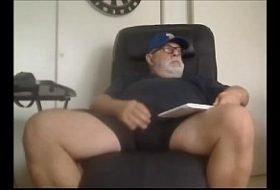 Velho punheteiro exibindo seu pau na cam
