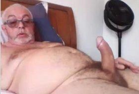 Velho dotado punheteiro exibe seu Pau na Cam