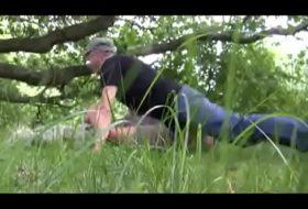Pegação no matagal flagra homem chupando o mata