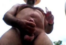 Gostoso cavalão viril gozando na punheta