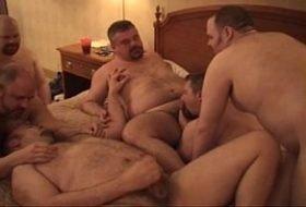 Orgia de gordos gays na casa do amigo