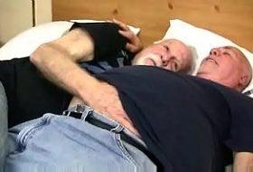 Dois vôzinhos fazendo amor na cama