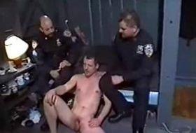 Policias machos fodendo colega