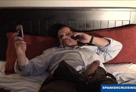 Tirando o cabaço do filho por telefone