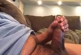 Paizão da rola grossa batendo punheta