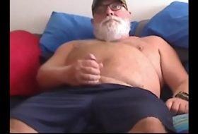 Barbudo gay gostoso gozando na punheta