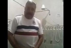 Maduro dotado faz vídeo gozando na punheta