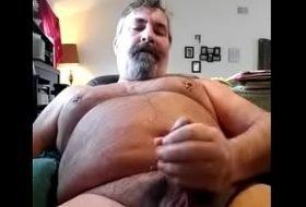 Gay maduro dotadão mostrando seu pau
