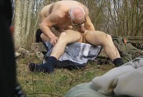 Vídeo gay com maduro trasando no mato