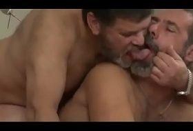 Pegando gay ursão na cama bareback