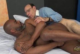 Papa gay comendo bunda do negão