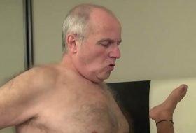Papi gay dotado comendo novinho na cama