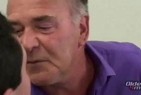 Vídeo gay com papai transando com novinho
