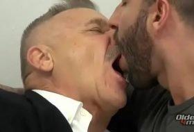 Sexo gay com maduro metendo vara grossa