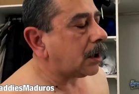 Vídeo com homem casado gozando na bunda do novinho