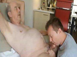 Vovô gay gozando na boca do veado