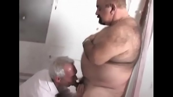 Urso gay pegação em banheiro publico
