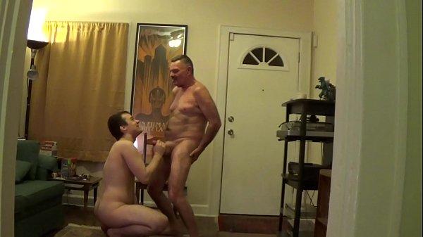 Mamando a rola do padrasto em casa