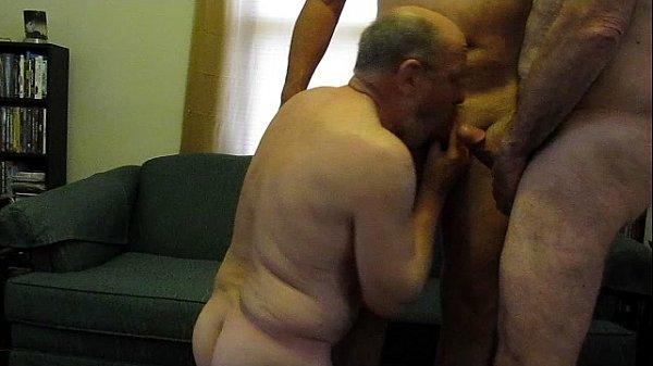Suruba gay nacional com 3 homens maduros gordos