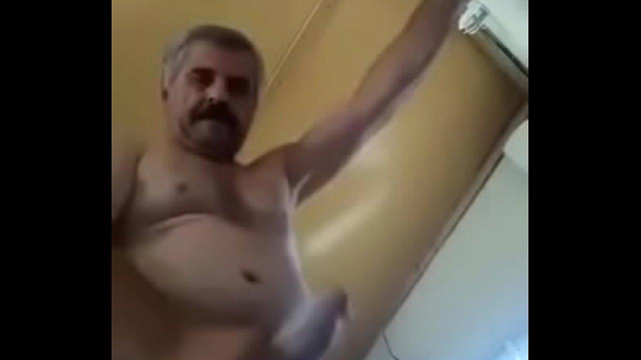 Maduro no banho batendo punheta gostoso