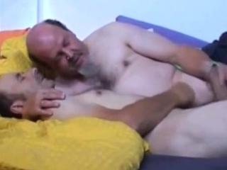 Maduros namorando na cama com masturbação